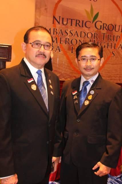 Prof.Dr. Iswan A. Nusi, SpPD,KGEH,FINASIM (Kiri)